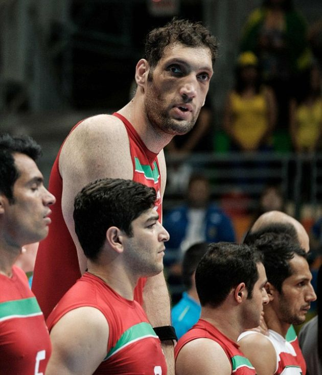 Massive Paralympian Towers Over His Teammates At 8 Feet Tall (6 pics)