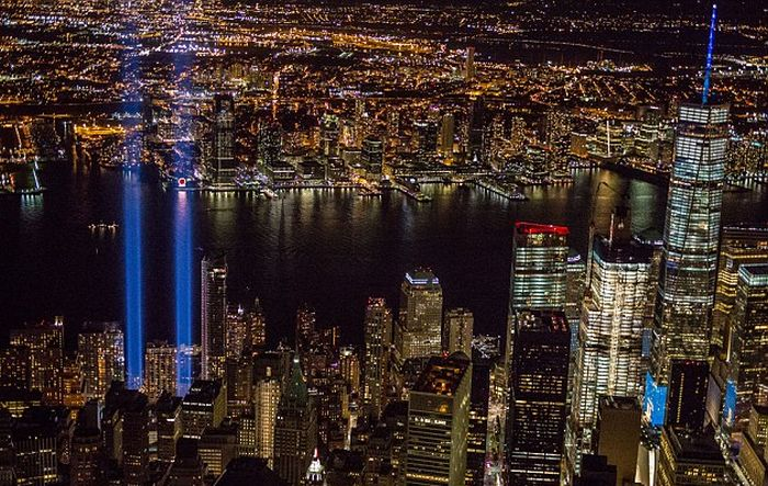Photographer Captures Something Incredible In The Beams Of The 9/11 Tribute Lights (3 pics)