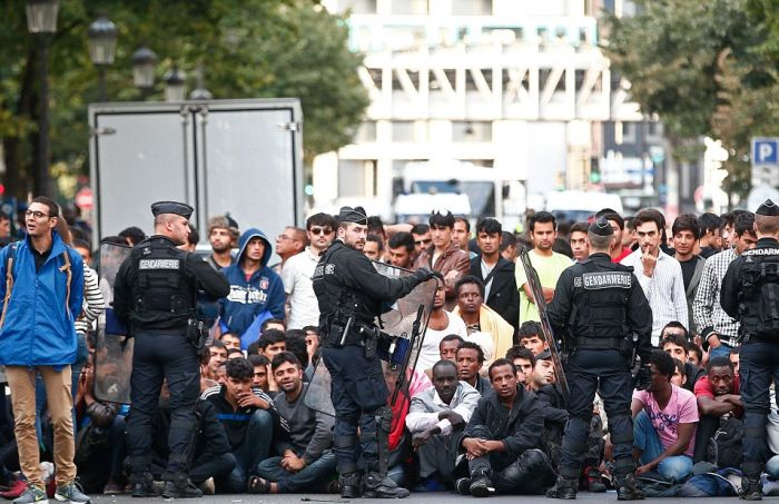 Police Dismantle Migrant Camp In Paris (16 pics)