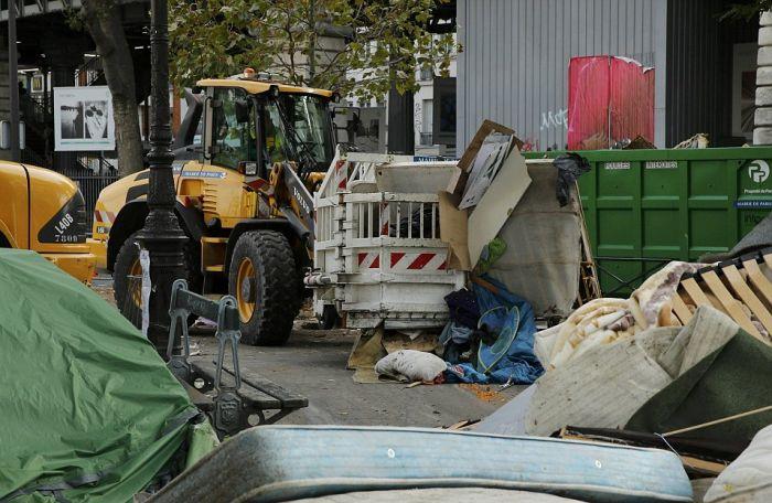 Police Dismantle Migrant Camp In Paris (16 pics)