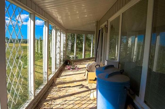 An Urban Explorer Found Memories Of An Old Life In This Abandoned Home (13 pics)