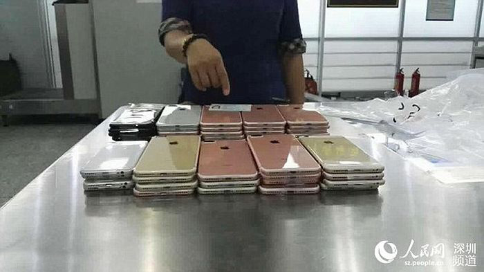 Smugglers Get Busted While Trying To Sneak 400 iPhones Into China (4 pics)