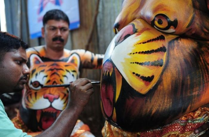 Thousands Gather To Do The Tiger Dance In The Streets Of India (12 pics)