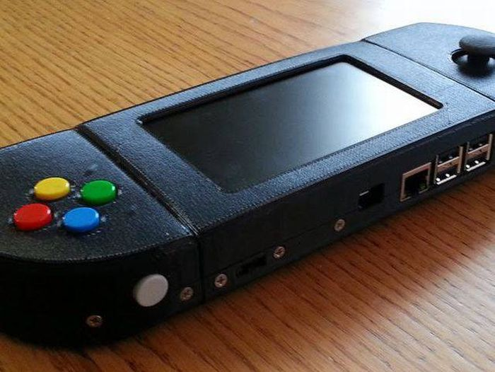 Guy Makes An Amazing Portable Retro-Gaming Console (24 pics)