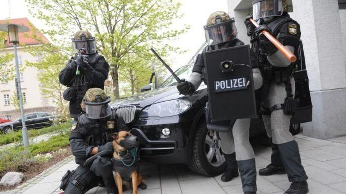 German Swat Team Members Get Chain Mail Like Anti-Knife Equipment (9 pics)