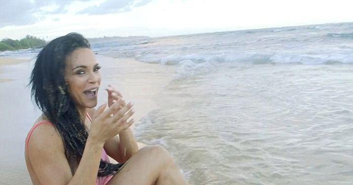 Model's Sexy Shoot On The Beach Comes Crashing Down (8 pics)