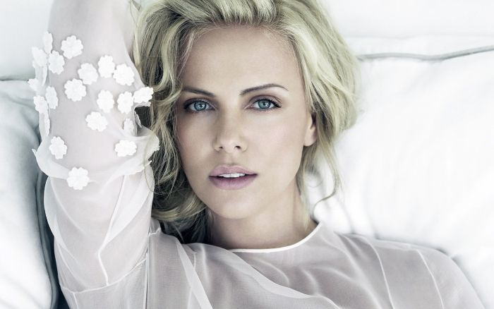 Charlize Theron Gains 41 Pounds For New Movie Role (4 pics)