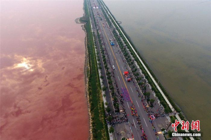Two Tone Lake In China Is Half Pink (3 pics)