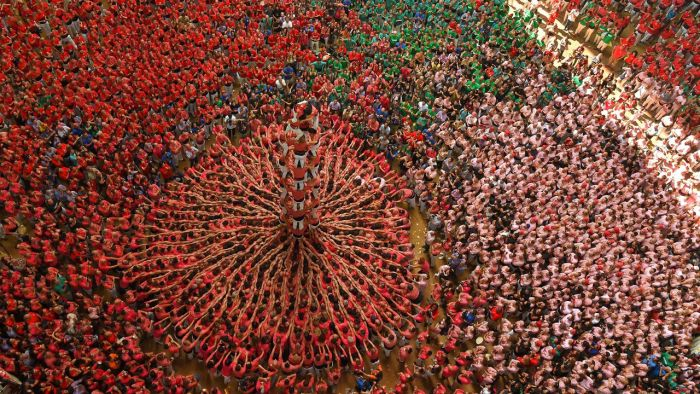 Hundreds Of People Build A Human Tower In Spain (20 pics)