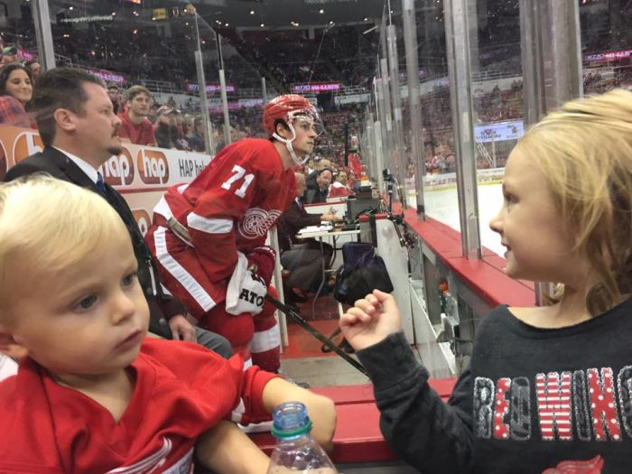 Detroit Red Wings Players Photobomb Young Girl's Photo (4 pics)