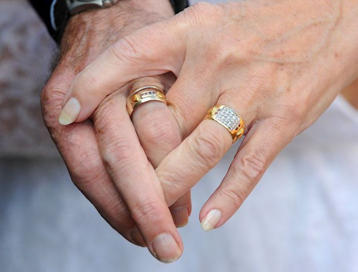 Couple Celebrates Their 50th Anniversary By Wearing Their Wedding Clothes (6 pics)