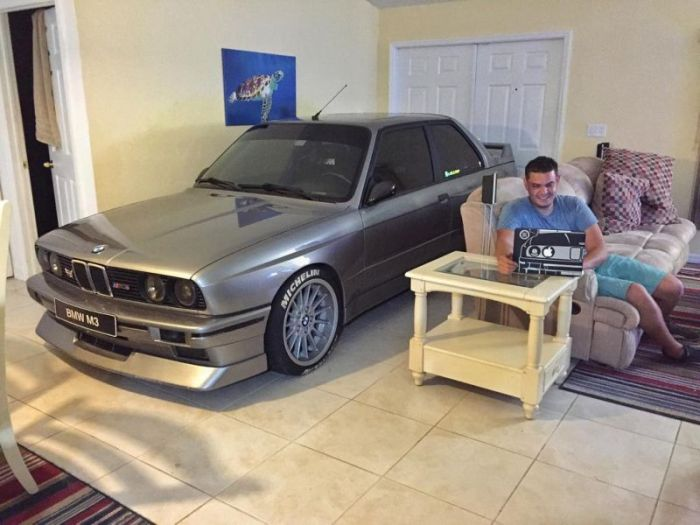 Auto Mechanic Shares A Nice Dinner With His BMW (5 pics)