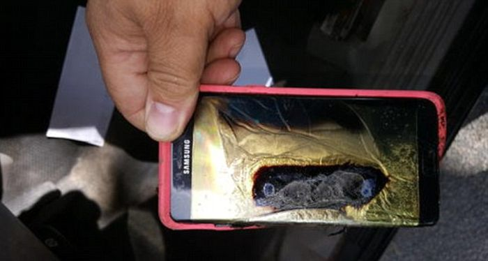 Woman's Samsung Galaxy Note 7 Replacement Phone Smokes And Sparks (3 pics)