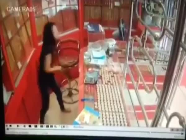 Gold Thief Tries To Make A Run For It While Robbing A Jewelry Store