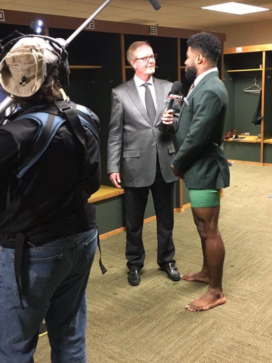 NFL Player Ezekiel Elliot Doesn't Need Pants For Interviews (2 pics)