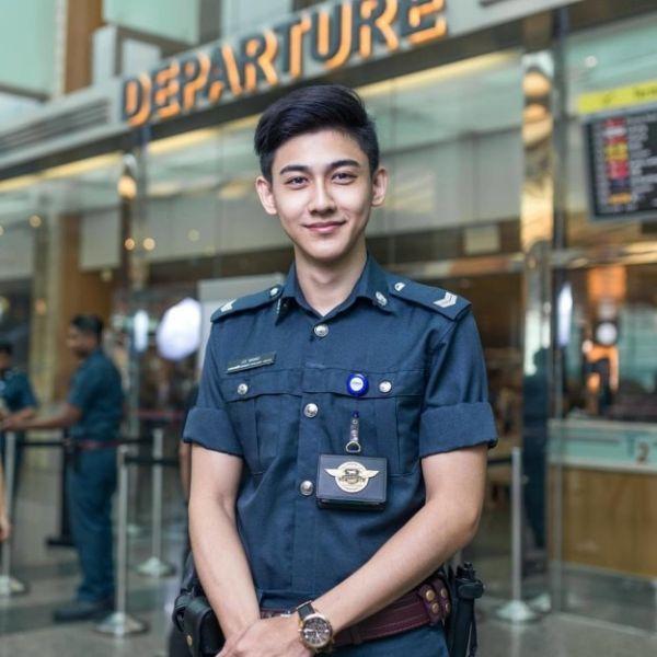 Airport Security Guy Goes Viral (6 pics)