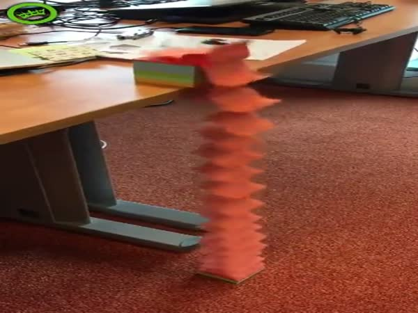 Post It Note Slinky Is Oddly Satisfying To Watch