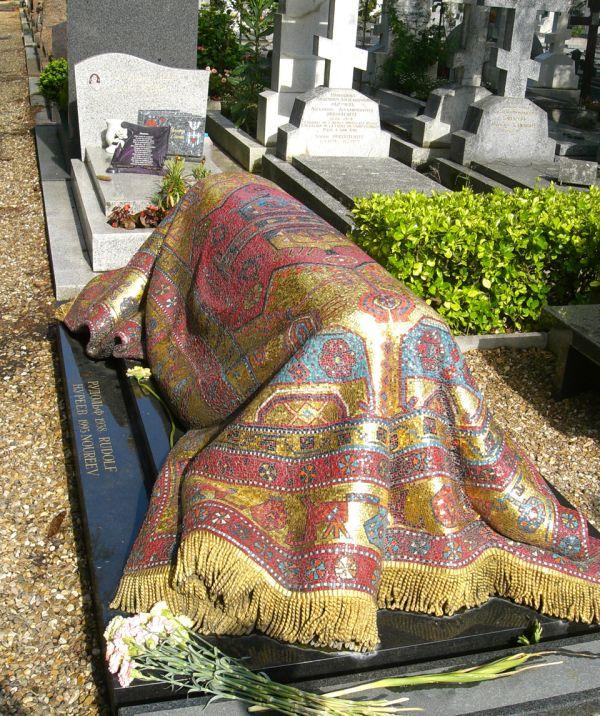 Rudolf Nureyev Buried With An Extravagant Carpet In Paris (4 pics)