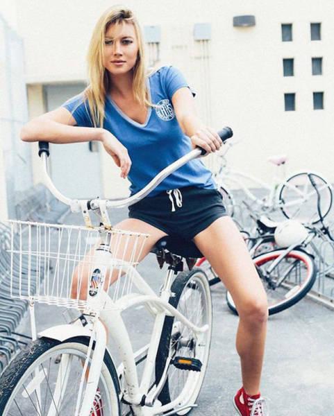 bikes and naked girls free pics