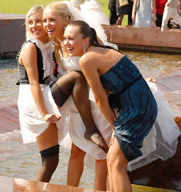 Woman In Short Skirt Steals The Show At A Wedding (11 pics)
