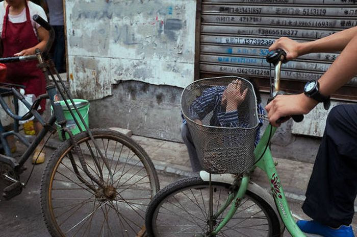 Awesome Street Photos That Were Taken At The Perfect Moment (50 pics)