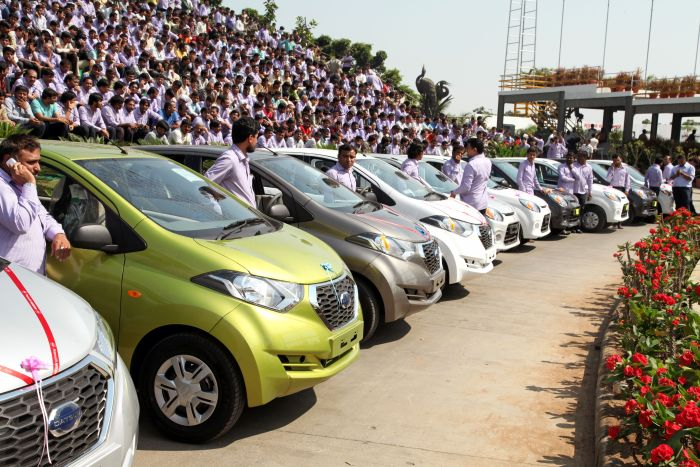 Best Boss In The World GIves His Employees 1,260 Cars And 400 Flats (4 pics)