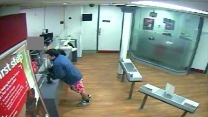 Pantsless Man Tries To Rob A Bank (5 pics)