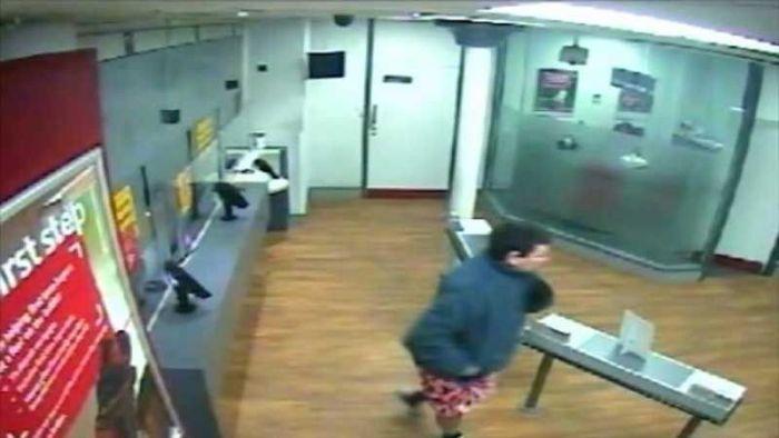 Pantsless Man Tries To Rob A Bank (5 pics)