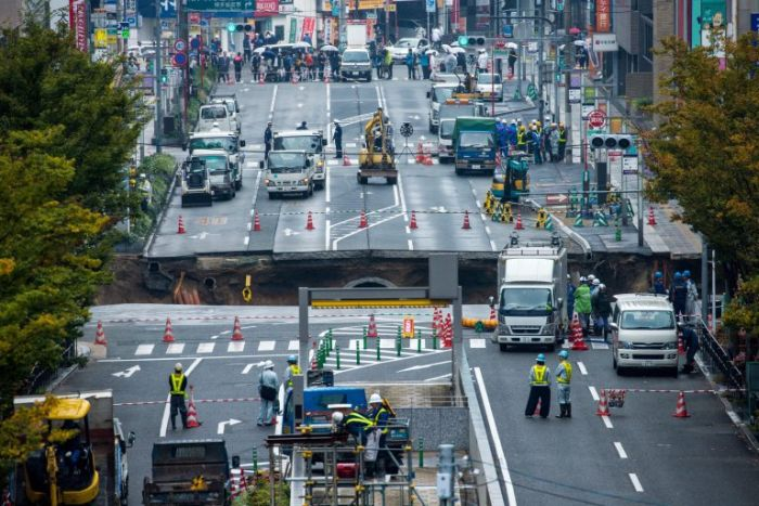 Massive Sinkhole Opens Up In A Busy Japanese City (6 pics + video)