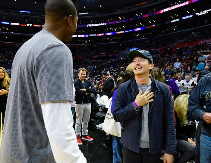 The Walking Dead Star Stephen Yuen Meets Paul Pierce At LA Clippers Game (5 pics)