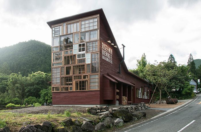 Japanese Bar Built Entirely From Trash (9 pics)