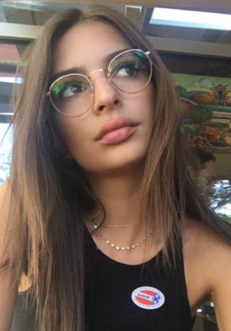 Emily Ratajkowski Uses Topless Photo To Protest Against Donald Trump (2 pics)