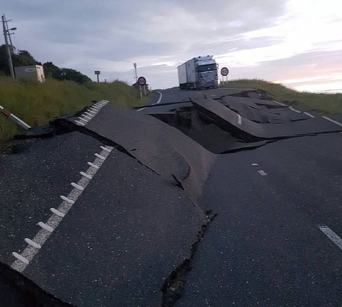 Massive New Zealand Earthquake Claims The Lives Of Two People (20 pics)