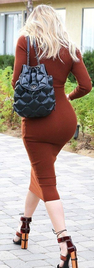 Khloe Kardashian Shows Off Her Curves In A Sexy Dress (7 pics)