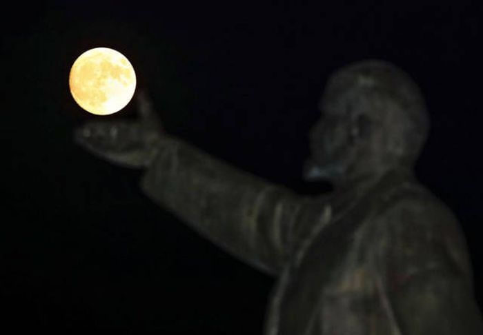The Best Internet Reactions To The Supermoon (43 pics)