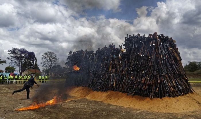Kenyan Police Burn Thousands Of Illegal Weapons (12 pics)