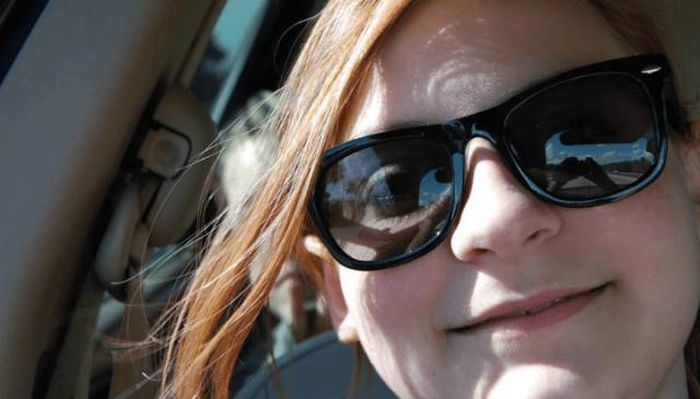 Girl Gets Photobombed By A Ghost While Snapping A Selfie In The Car (3 pics)