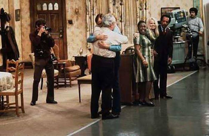 Fun Behind The Scenes Photos From Your Favorite TV Sitcoms (21 pics)