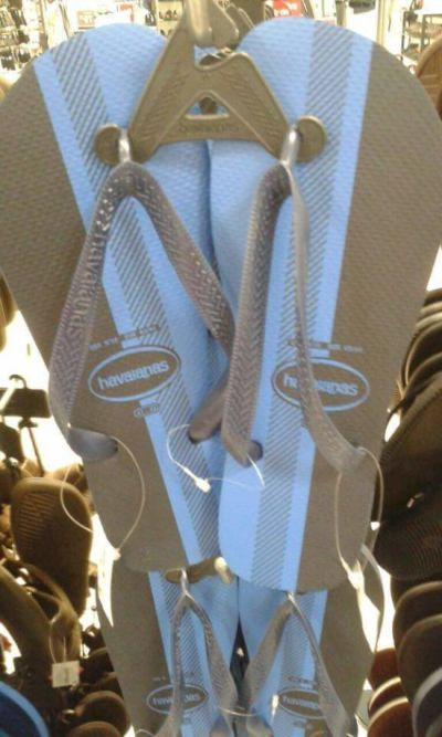 People Are Arguing About The Color Of These Flip Flops (2 pics)
