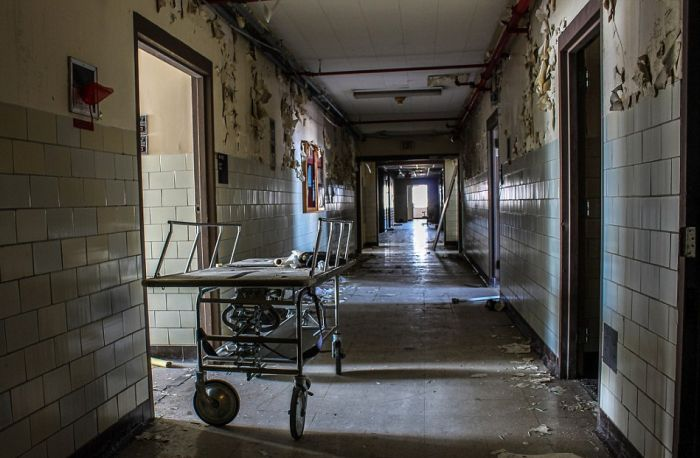 Haunting Photos Show A New Orleans Hospital After Hurricane Katrina (15 pics)