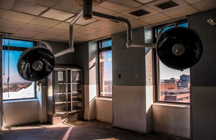 Haunting Photos Show A New Orleans Hospital After Hurricane Katrina (15 pics)