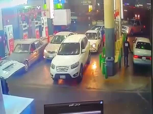 People Reacted Like Pros At A Gas Station When A Car Went On Fire