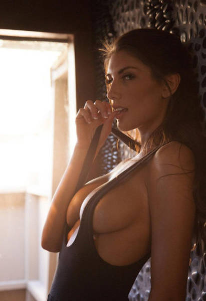 Sexy Girls Who Aren't Afraid To Show A Little Sideboob (67 pics)