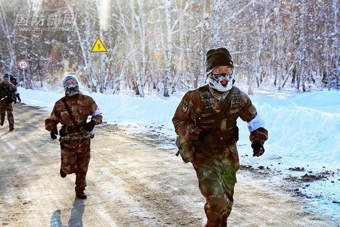 Chinese Soldiers Run While Covered In Frost (5 pics)