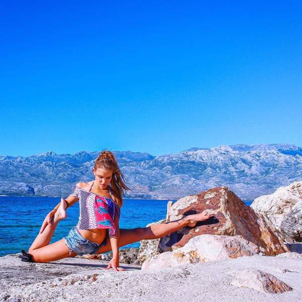 Hot Yoga Snaps Turn Gorgeous Swedish Pilot An Instagram Sensation (24 pics)