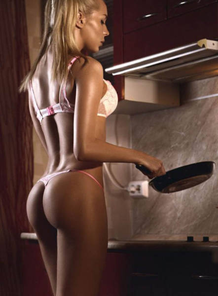 Hot Girls In The Kitchen Cooking Hot Meals (48 pics)
