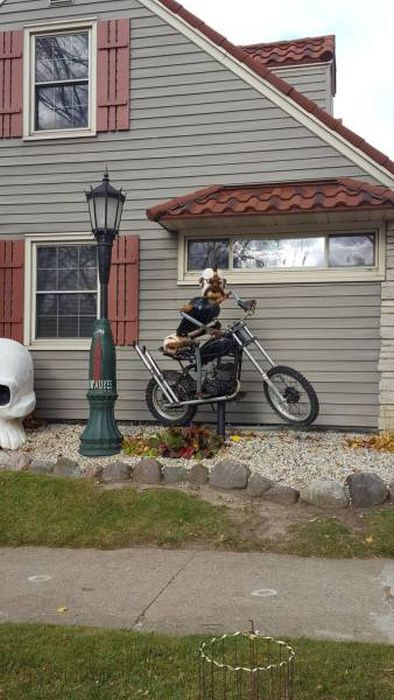 This Man's House Is Full Of Many Crazy Things (16 pics)