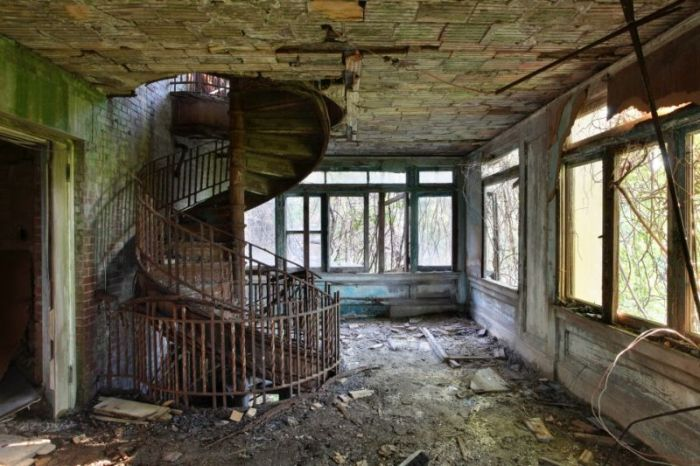 Gloomy Abandoned Hospital Provides A Perfect Backdrop For Nightmares (16 pics)