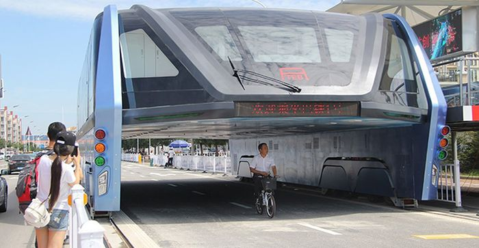 China's Futuristic Bus Is Now Abandoned And Collecting Dust (3 pics)