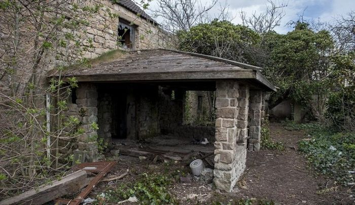 Abandoned House Feels Like It's From A Different World (20 pics)